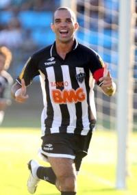 Diego Tardelli comemora gol do Atlético-MG no duelo contra o Ipatinga