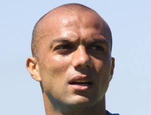Fábio Santos alega dor no joelho o impede de seguir atuando, porém reclama de vaias da torcida