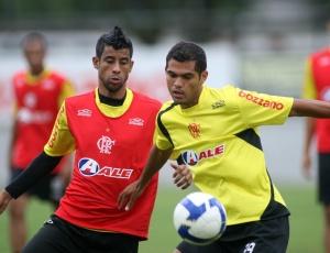 Rômulo (d) tem contrato até 2011 com o Fla