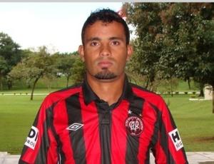 Zagueiro Leandro desistiu de acerto com o Paraná e irá defender Atlético-PR no Brasileirão