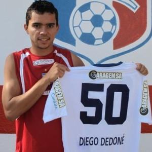 O atacante Diego Dedoné exibe a camisa que ganhou em homenagem aos 50 jogos pelo Guará
