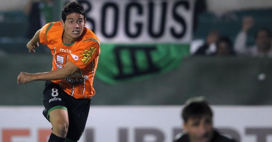 James Rodriguez chuta a gol e abre o placar para o Banfield contra o Inter