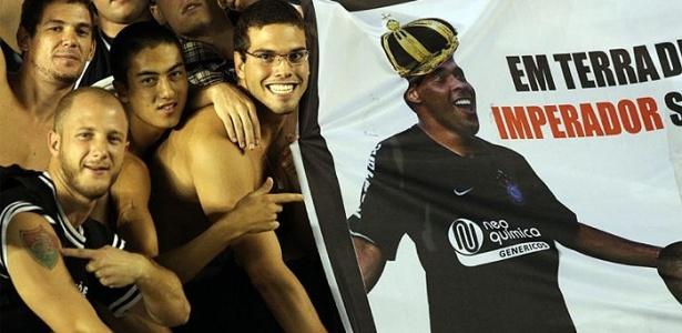 Torcida exalta Ronaldo e ironiza Adriano