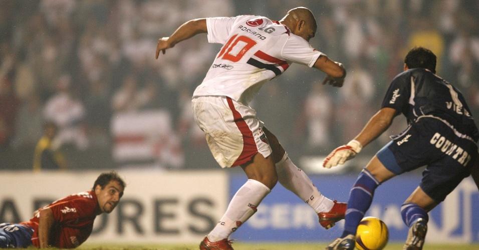 Adriano marca o gol contra o Nacional em 2008
