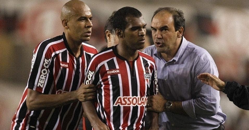 Alex Silva e Ricardo Gomes seguram Richarlyson após expulsão