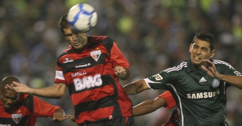 Diego Souza (d) em lance entre Palmeiras x Atlético-GO