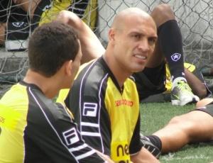 Caio e Edno (d) conversam no treino do Botafogo