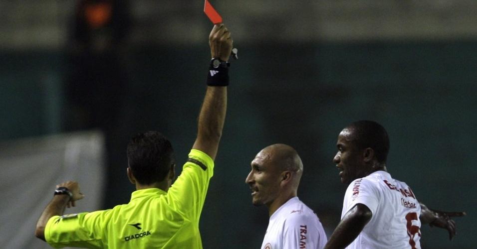 Larrionda expulsa Kléber, autor do único gol do Inter contra o Banfield