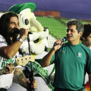 Ney Franco canta com banda Mahais após amistoso do Coritiba com o Botafogo no estádio Couto Pereira