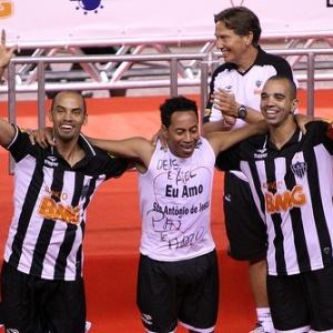 Marques (e), Júnior e Tardelli comemoram no título do Atlético-MG