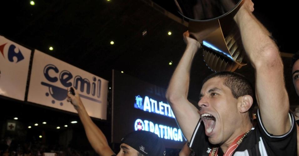 Ricardinho comemora com a taça de Campeão Mineiro pelo Atlético-MG