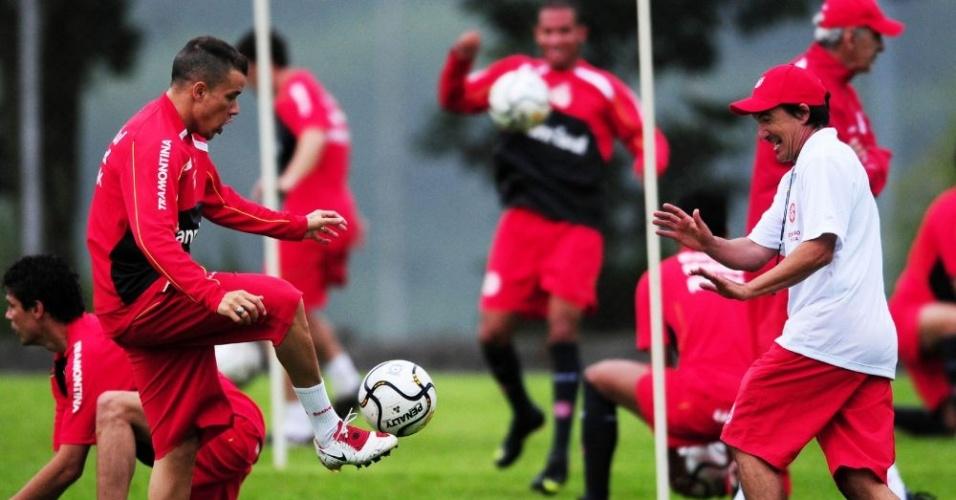 Alejandro Valenzuela, preparador físico do Inter, com D'Alessandro em treino