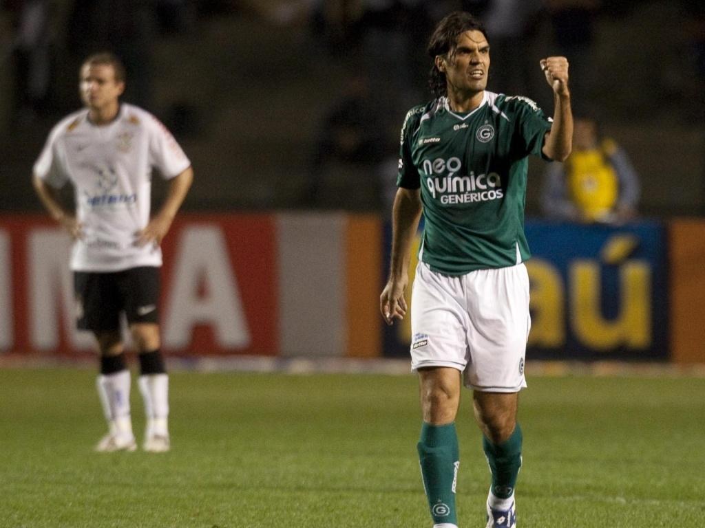 Fernandão comemora gol pelo Goiás, em 2009