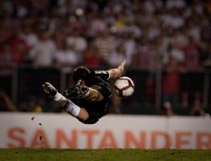 Rogério Ceni erra cobrança, defende dois pênaltis e salva o São Paulo de eliminação no Morumbi<br><br><B>VITÓRIAS NOS PÊNALTIS</B><BR>- 2010: São Paulo 3 x 1 Universitario-PER<br>- 2006: São Paulo 4 x 3 Estudiantes-ARG<br>- 2004: São Paulo 5 x 4 Rosário Central-ARG<br>- 1994: Olímpia-PAR 3 x 4 São Paulo<br>- 1992: São Paulo 3 x 2 Newell's Old Boys-ARG<br><br><B>DERROTA NOS PÊNALTIS</B><br>- 1994: São Paulo 3 x 5 Vélez Sarsfield-ARG