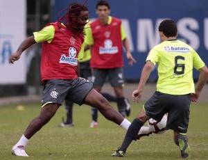 Love quer Fla trabalhando a bola, enquanto Juan (costas) defende os barrados Rômulo e Maldonado