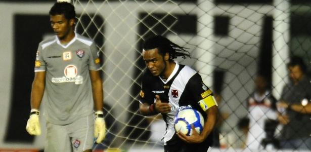 Carlos Alberto comemora ao marcar o terceiro gol do Vasco contra o Vitória
