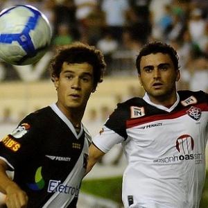 Philippe Coutinho disputa lance na partida entre Vasco e Vitória