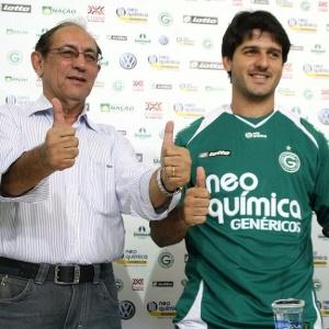 Hugo (d) é recebido pelo presidente do Goiás, Syd de Oliveira Reis, em sua apresentação no clube