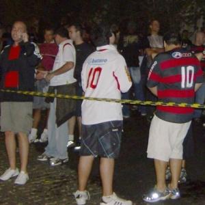 Torcedores do Flamengo aguardam a abertura dos portões no Pacaembu, antes do início da partida