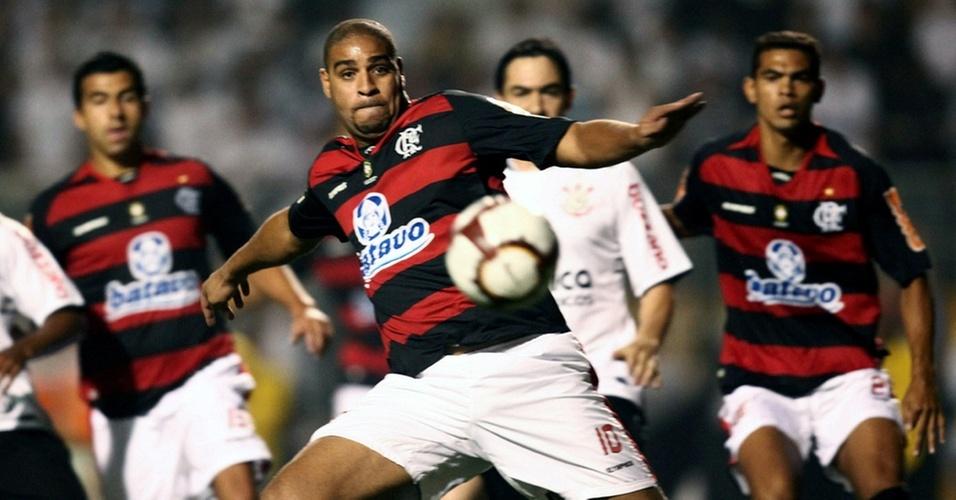 Adriano em ação na partida entre Flamengo e Corinthians
