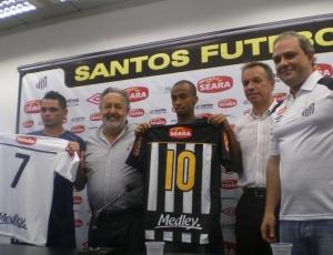 Pará (esquerda) e Wesley (centro) apresentam o novo uniforme do Santos com a Medley estampando a logomarca nas costas do uniforme.