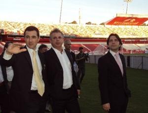 Carlos De La Corte (e), ao lado de Pedro Affatato, realizou vistoria no estádio Beira-Rio nesta quinta