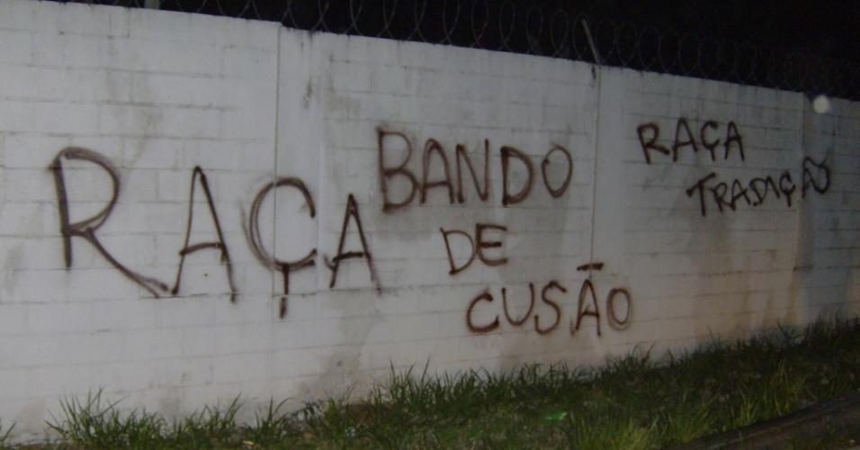 Muro do Parque São Jorge é pichado após eliminação do Corinthians da Libertadores
