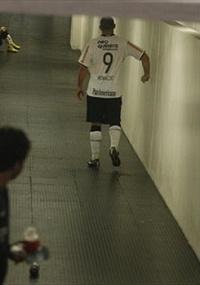 Ronaldo soca parede no caminho para o vestiário após eliminação