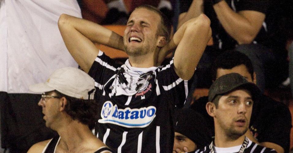 Torcedor do Corinthians chora após a eliminação da equipe pelo Flamengo na Libertadores