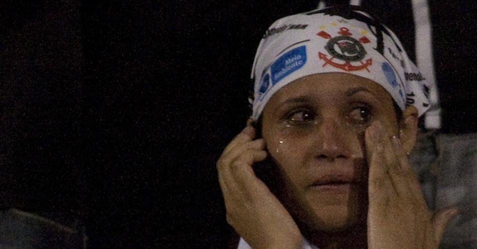 Torcedora do Corinthians chora na eliminação diante do Flamengo pela Libertadores