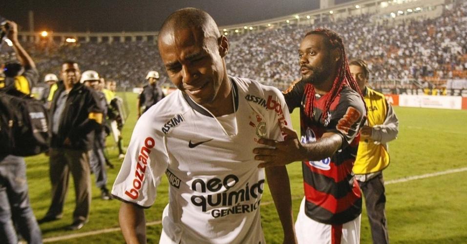 Volante Elias é consolado por Vagner Love depois da eliminação do Corinthians contra o Flamengo