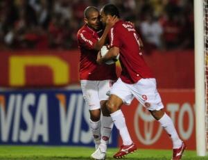 Com Walter, Alecsandro comemora seu gol mais recente, na partida contra o Banfield