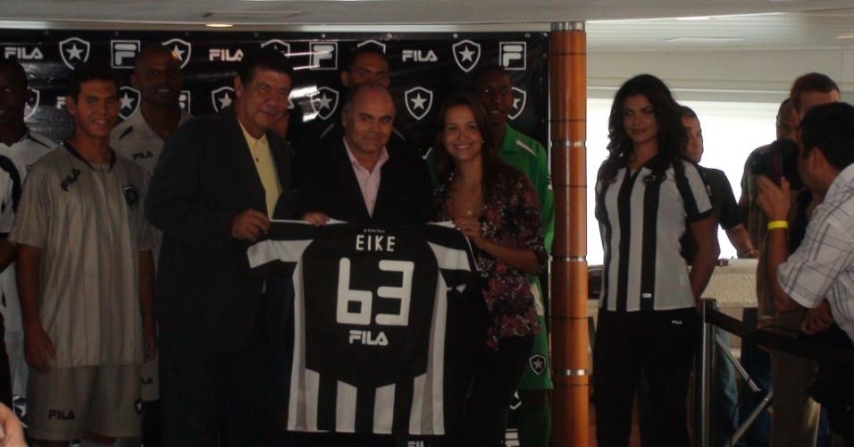 Joel, Maurício Assumpção e Ana Maria Falcão possam com a camisa personalizada para Eike Batista