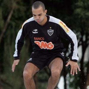 Diego Tardelli treina no Atlético-MG, no dia que teve seu nome incluído na 'lista de espera'