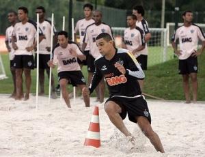 Jogadores do Atlético-MG se exercitam na caixa de areia, valorizada pelo preparador Antônio Mello