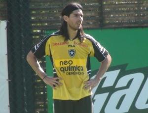 Atacante Loco Abreu vem ocupando o banco de reservas nas últimas partidas do Botafogo