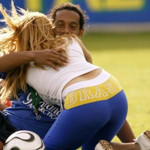 Ronaldinho se diverte com torcedora Sheila Soares, que invadiu o treino do Brasil em Weggis, na Suíça