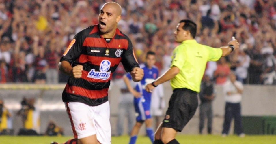 Adriano comemora ao anotar um gol para o Flamengo contra a Universidade do Chile