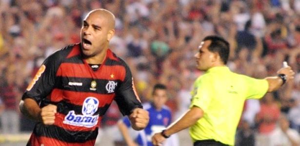 Adriano comemora o primeiro gol do Flamengo a Universidade do Chile no jogo de ida das quartas de final da Copa Libertadores