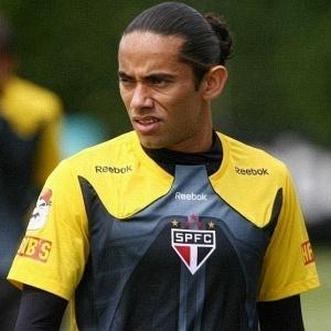Reprovado em exames no Goiás, Carlinhos retornou. Ele deve atuar neste domingo