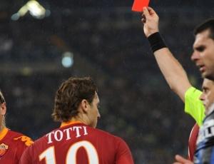 Após agredir o rival Balotelli, Francesco Totti é expulso pelo juiz durante final da Copa da Itália