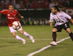 D'Alessandro se chocou com jogador do Estudiantes e sentiu dores no pé direito