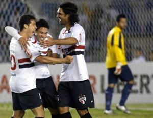 Hernanes (e) comemora com Marlos e Fernandão ao marcar o segundo gol do São Paulo contra o Cruzeiro