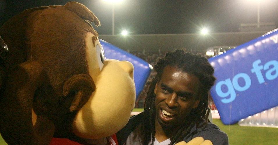 Tinga abraça o mascote do Inter ao ser apresentado como reforço da equipe antes do jogo contra o Estudiantes