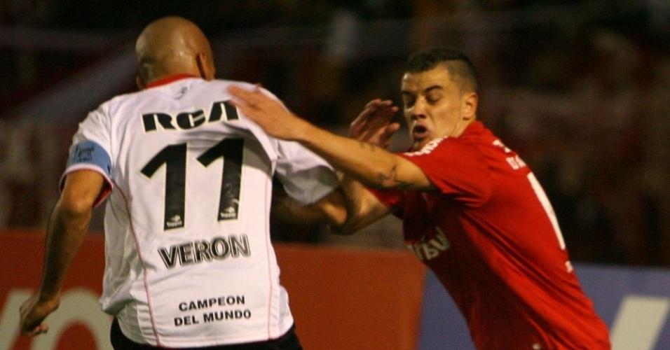 Verón e D'Alessandro disputam bola no jogo Inter x Estudiantes