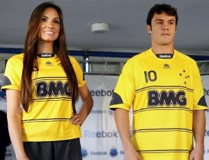 Atacante Kléber (d) participou do lançamento da camisa amarela na sexta-feira passada
