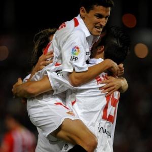 Jesus Navas comemora com Álvaro Negredo a vitória espetacular do Sevilla sobre o Almeria