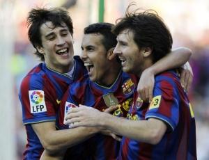 Bojan, Pedro e Messi comemoram gol do Barcelona no confronto com o Valladolid
