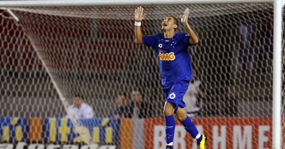 Wellington Paulista comemora um dos seus gols no empate entre Cruzeiro e Avaí