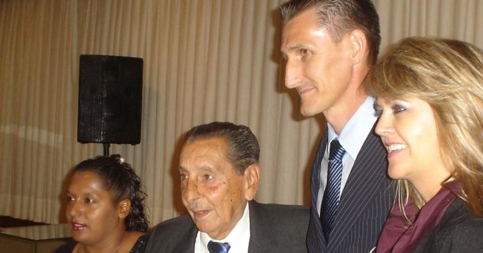 Ghiggia ao lado do árbitro Roberto Braatz, em festa do futebol, em Porto Alegre